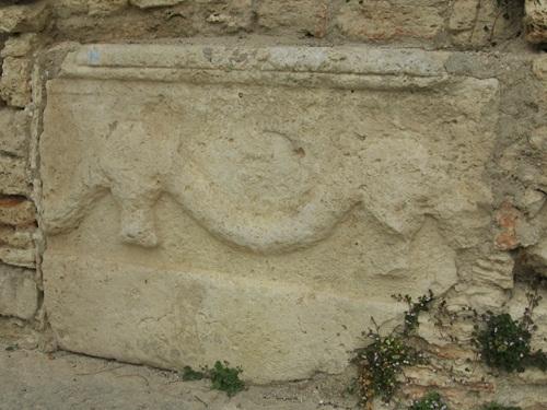 Basorelieful cu Bucranii și ghirlande de flori – vechi motiv getic - prins în zidul ce protejează terasele Castelului și Grădinile Reginei Maria a României din Balcic – Bulgaria