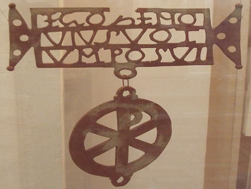"""Donariului din Biertan (Gherțan) – sec IV – cu inscripția """"EGO ZENO/ VIUS VOT/ UM POSUI"""", adică într-o posibilă traducere """"EU ZENOVIE AM PUS OFRANDA"""" (ca făgăduinţă, ca danie; """"Zenovie"""" are semnificație de """"Sfârșitul Z va aduce un nou început Nov"""", iar """"vius vot"""" (un fel de """"am votat"""", cu sens de """"am acceptat aceasta"""", sau """"știu ce va fi"""")"""