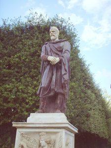 """Statuie de dac Mare Magistru (Mag de la Istru) din porfir aflată în Grădina Borghese, la Roma. Mâna stângă este """"suspendată"""" de o eșarfă și ținută de mâna dreaptă iar piciorul drept este împins înainte. Mesajul este: să nu lăsăm cu nici un preț ca Forța Vieții să își schimbe sensul, pentru că va fi cumplit pentru omenire. La ultima schimbare a murit 98 la sută din omenire (Codul Get)."""